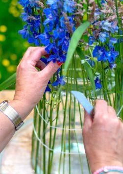 Nederland, Drachten, 04-06-2019. Bloemstyliste Esther Bolt maakt een juni bloemstuk met grassen en fruit. KM 9 Stap 5