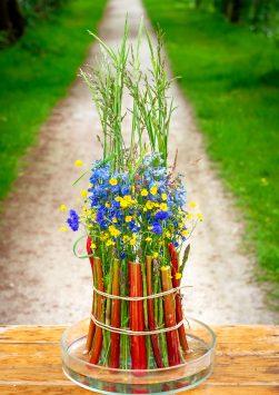 Nederland, Drachten, 04-06-2019. Bloemstyliste Esther Bolt maakt een juni bloemstuk met grassen en fruit. KM 9