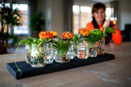 Nederland, Drachten, 14-01-2019. Bloemstyliste Esther Bolt maakt een strak bloemen decoratie. KM 14