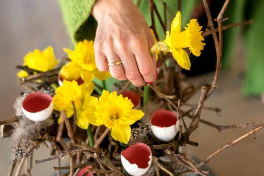 Nederland, Drachten, 24-03-2020. Bloemstyliste Esther Bolt maakt een voorjaars bloemstuk. stap 5