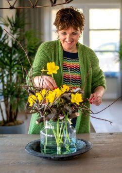 Nederland, Drachten, 24-03-2020. Bloemstyliste Esther Bolt maakt een voorjaars bloemstuk.