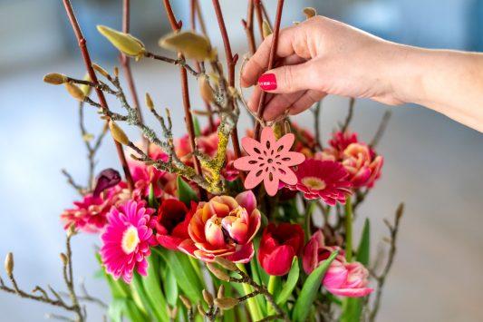 Nederland, Drachten, 24-03-2020. Bloemstyliste Esther Bolt maakt een bloemstuk voor de maand Mei. Stap 5