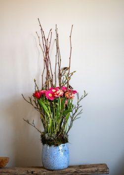 Nederland, Drachten, 24-03-2020. Bloemstyliste Esther Bolt maakt een bloemstuk voor de maand Mei.