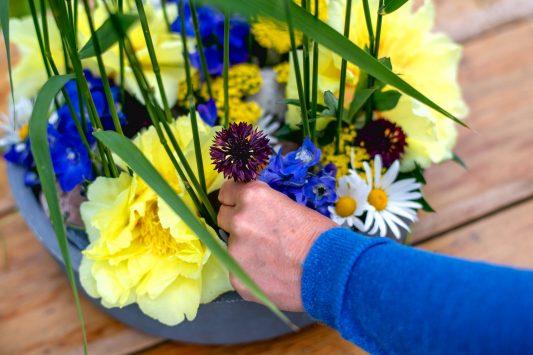 Nederland, Drachten, 08-06-2020. Bloemstyliste Esther Bolt maakt een bloemstuk van grassen en anders dingen die je langs de sloot kant vindt. KM 10 Stap 5