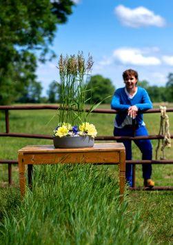 Nederland, Drachten, 08-06-2020. Bloemstyliste Esther Bolt maakt een bloemstuk van grassen en anders dingen die je langs de sloot kant vindt. KM 10