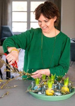 Nederland, Drachten, 23-02-2021. Bloemstyliste Esther Bolt maakt een bloemstuk met bloembollen in kaarsvet